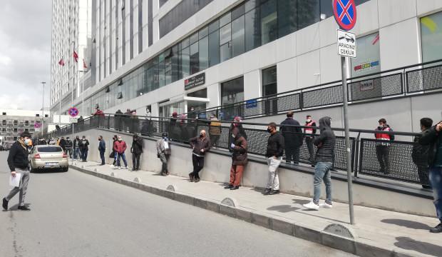 Sokağa çıkma kısıtlamasına saatler kalan metrelerce 'seyahat izin' sırası