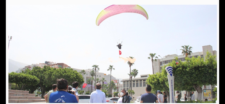 Hatay'da 19 Mayıs Töreninde Paraşüt Gösterisi