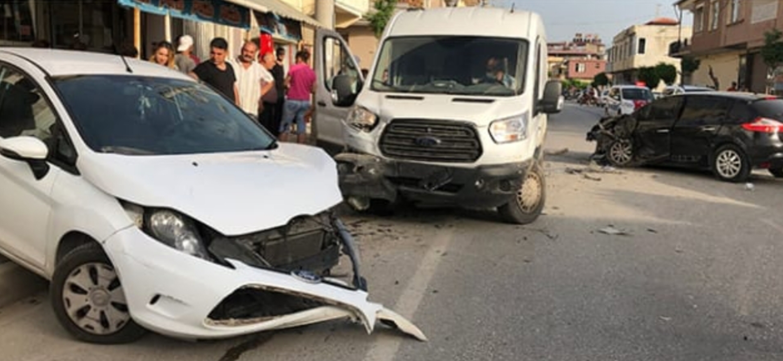 Samandağ'da otomobil park halindeki iki araca çarptı: 2 yaralı