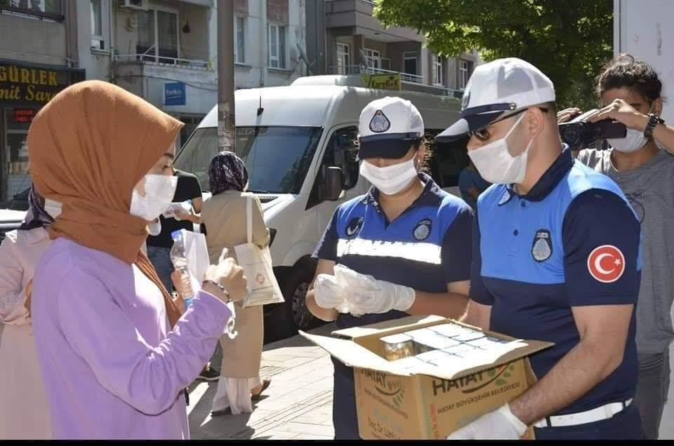 Büyükşehir Belediyesi Sınava Giren Öğrencilere Maske Ve Su Dağıttı
