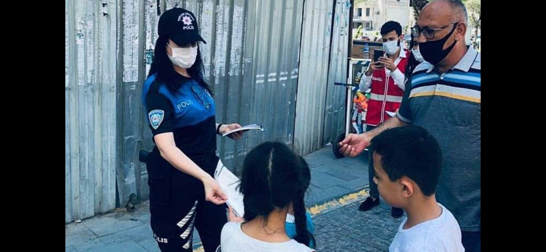 Polis Maske Ve Broşür Dağıttı.