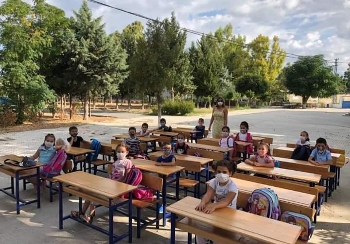 Yüz Yüze Eğitim İçin Sınıfını Bahçeye Taşıdı