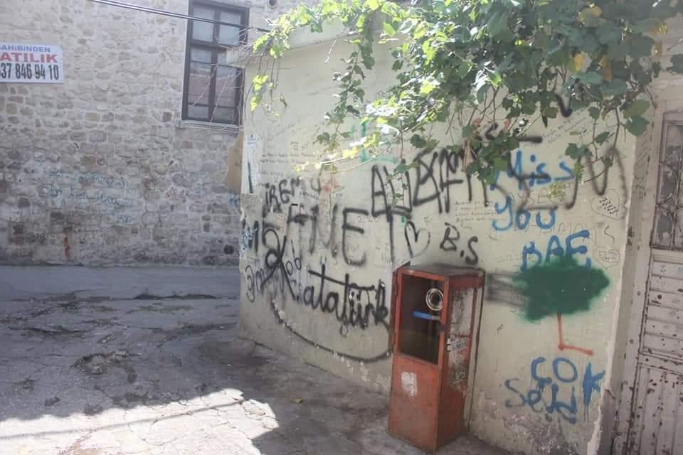 Duvarlar 'Aşk Defterine' Döndü