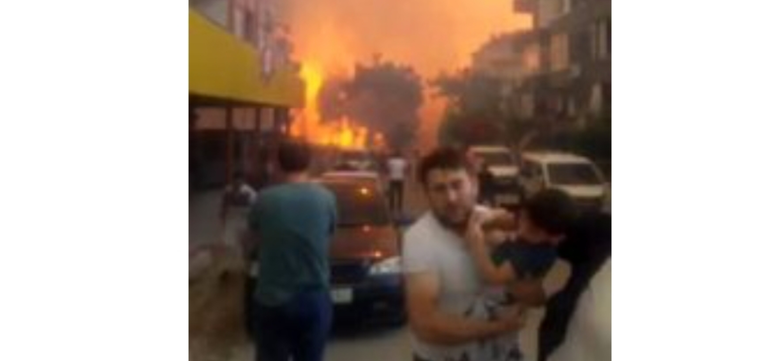 Sarımazı Mahallesinde Alevler Evlere Sıçradı, Vatandaşlar Bölgeden uzaklaşıyor
