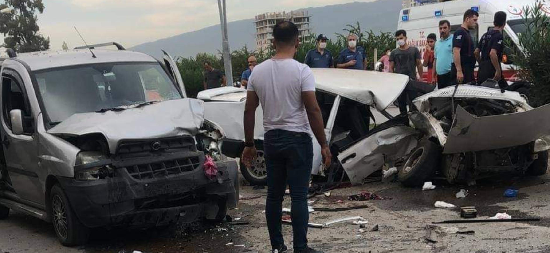 Dörtyol İlçesinde İki Araç Kafa Kafaya Çarpıştı 8 Yaralı