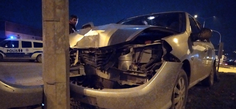 Antakya'Da Elektrik Direğine Çarpan Otomobildeki 2 Kişi Yaralandı