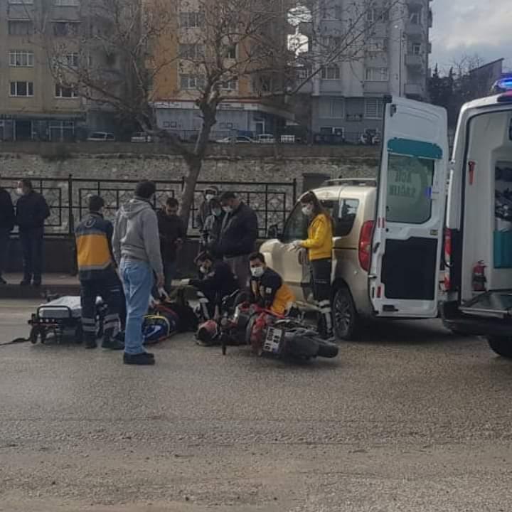 Motorsiklet İle Araba Çarpıştı 2 Yaralı