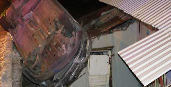 Kontrolden Çıkan Araç Evin Çatısına Yuvarlandı